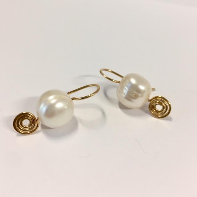 Afbeelding van goldfilled oorbellen.