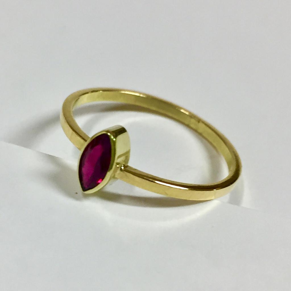 foto van gouden ring met een robijn