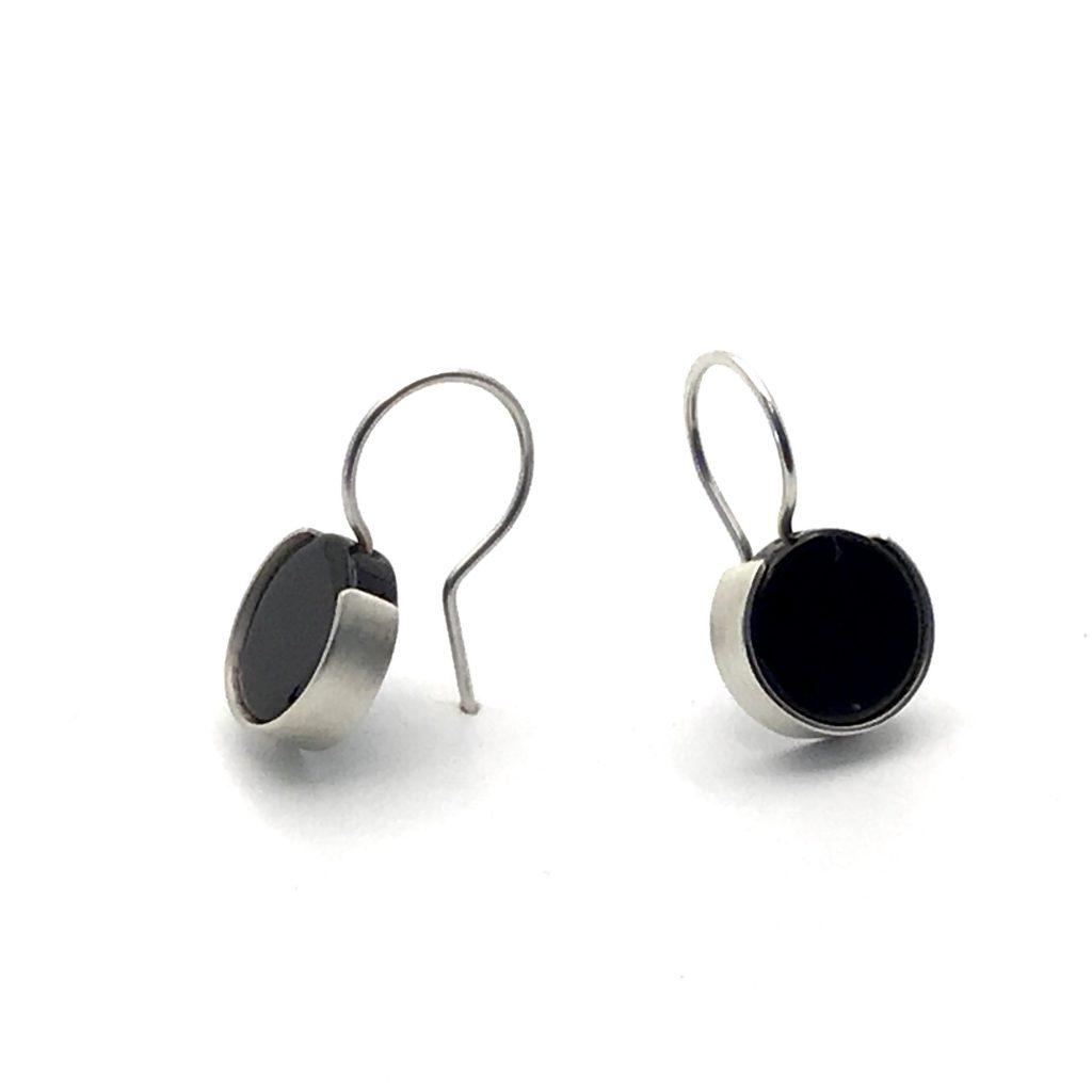 Foto van zilveren oorbellen met zwarte oorbellen