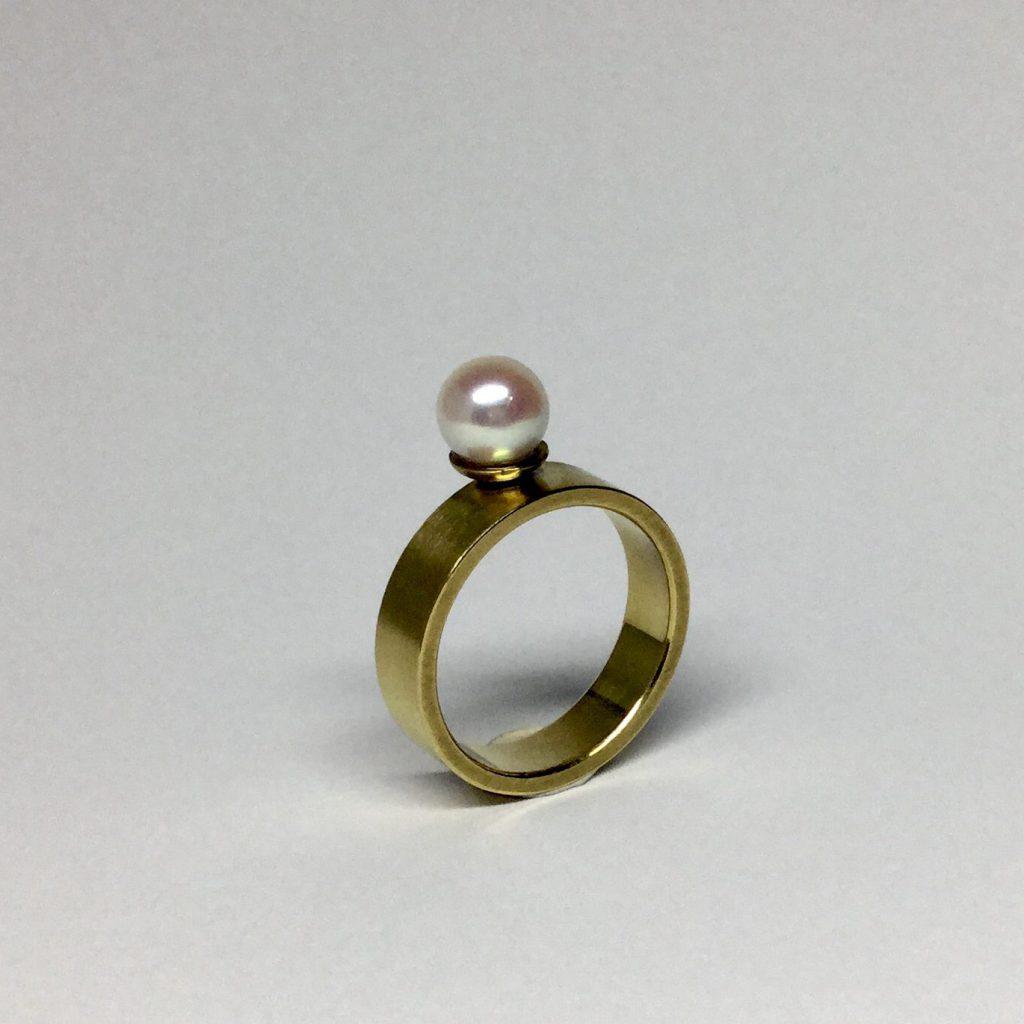 Foto van 18 karaat gouden ring met zoetwater parel.