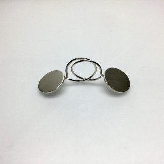 Foto van zilveren oorbellen met een rond schijfje.