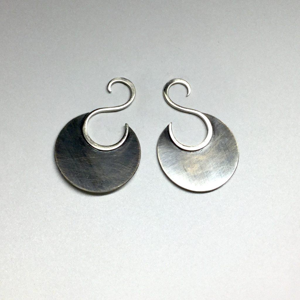 Foto van zilveren oorbellen met slinger