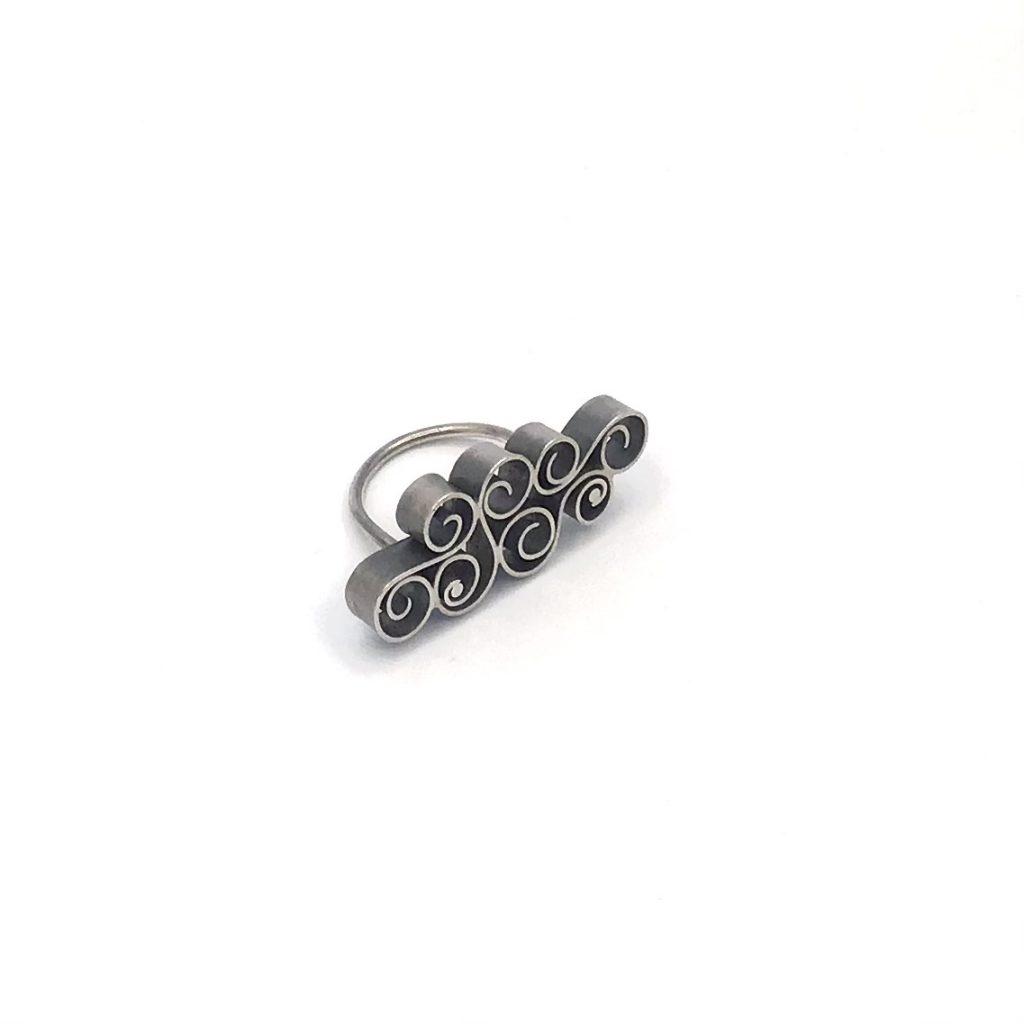 Foto van zilveren krullen ring