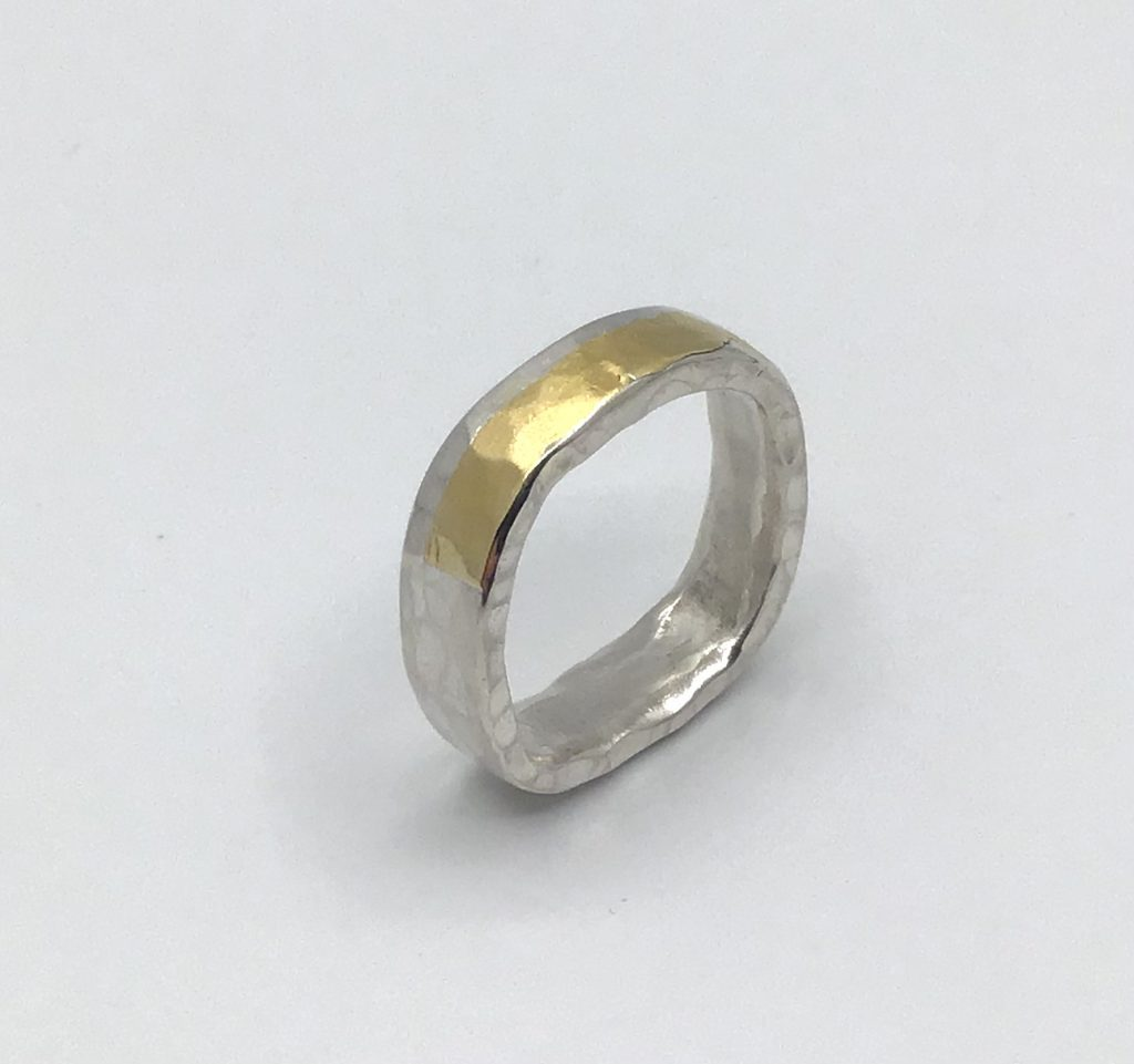Foto van zilveren ring met puur goud