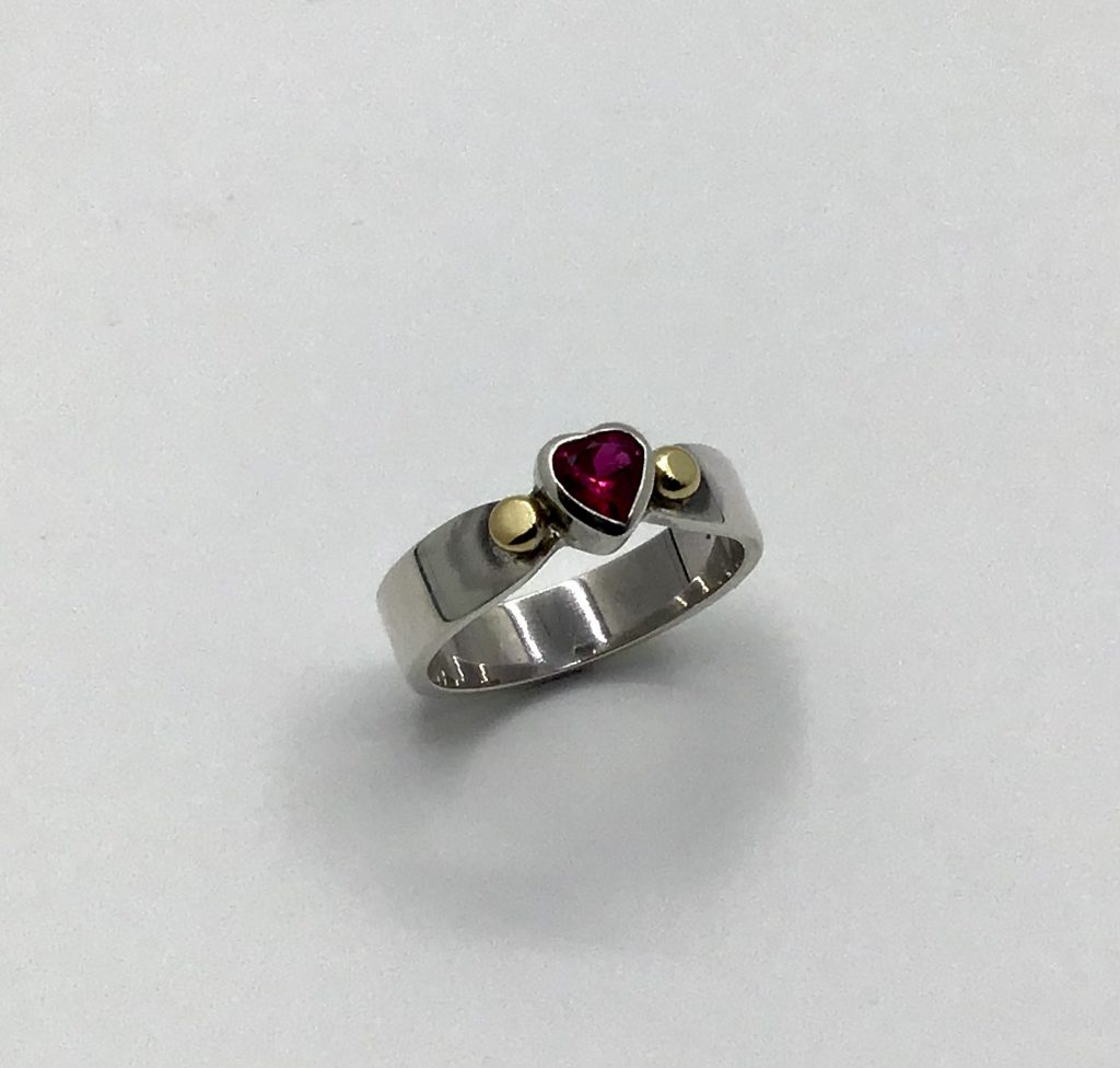 Foto van zilveren ring met hartje
