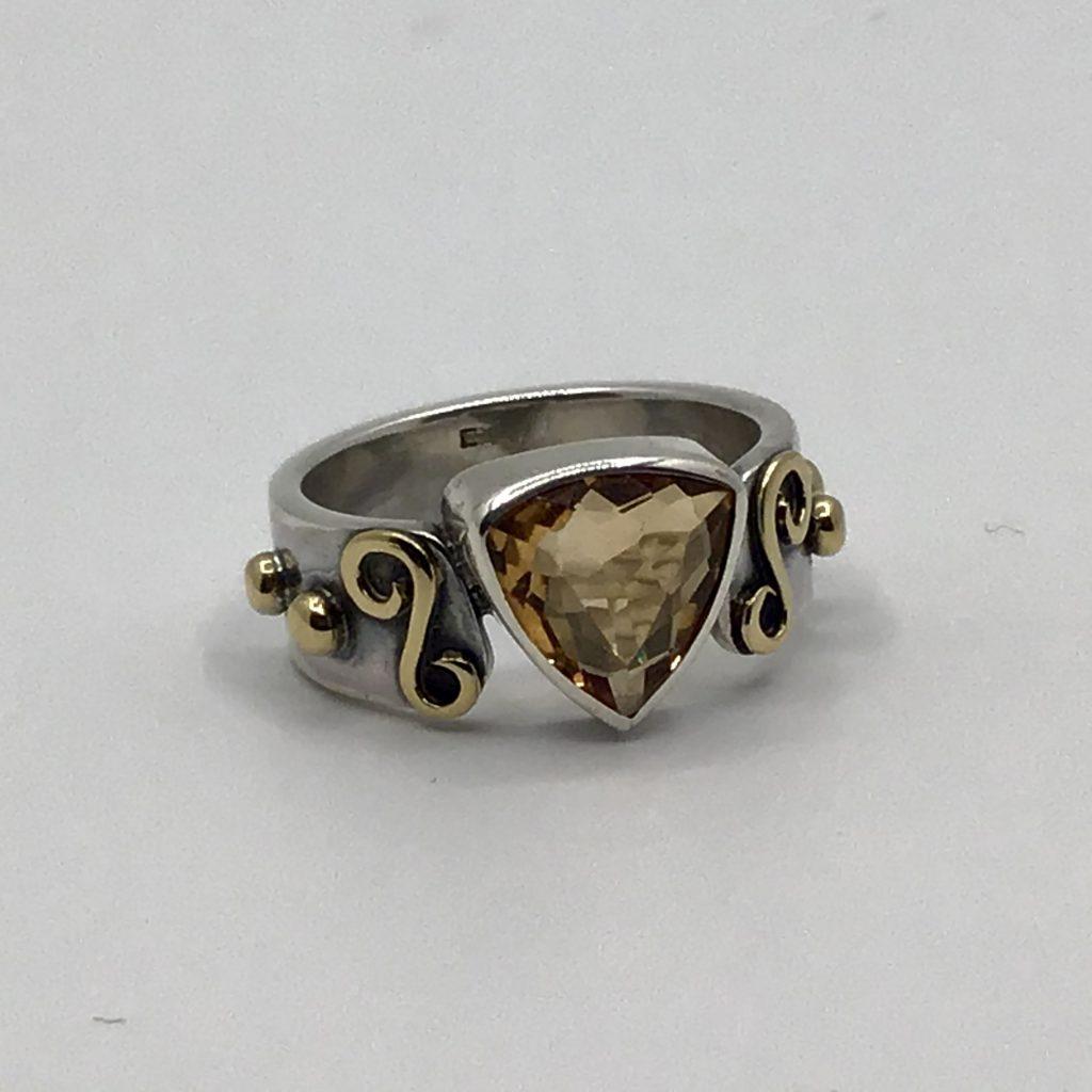 Foto van zilveren ring met triangel geslepen citrien