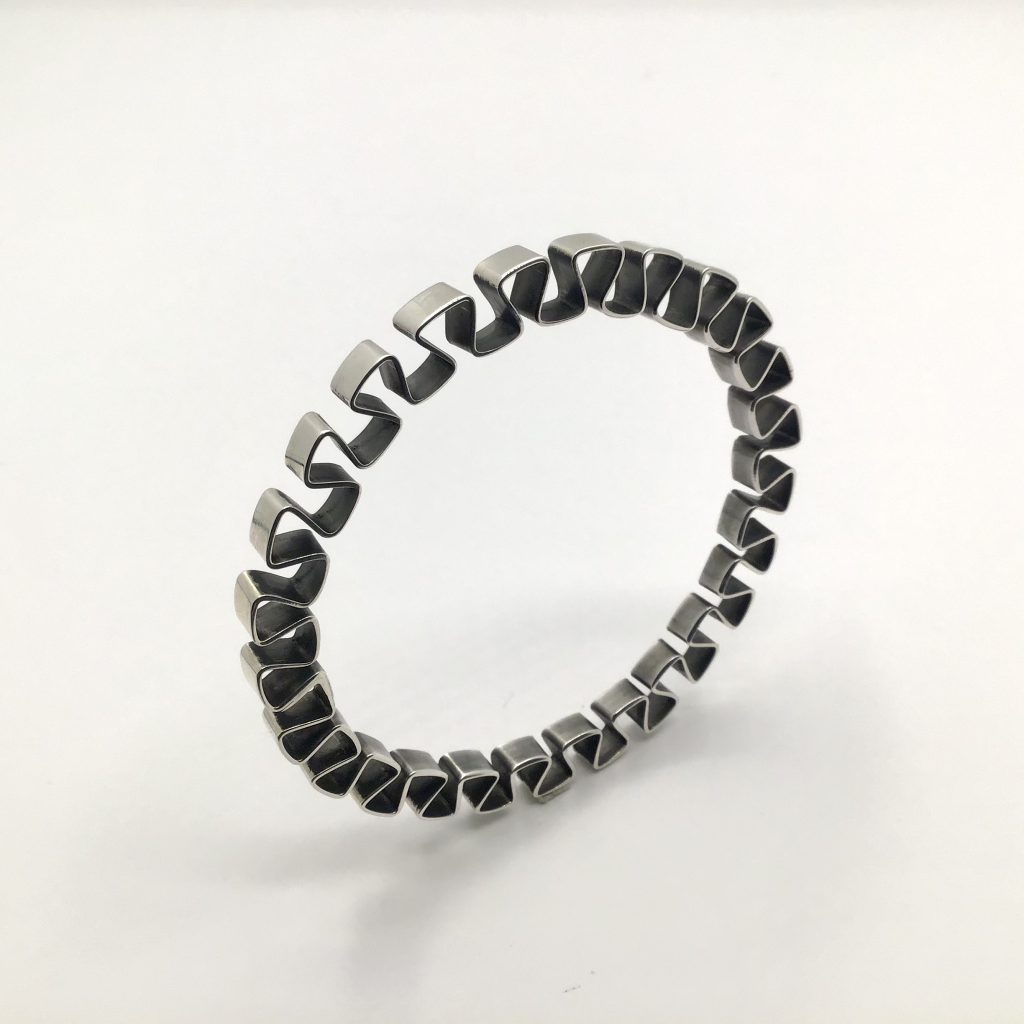 Foto van ronde zig zag armband
