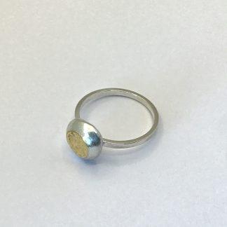 Foto van een ring met puur goud